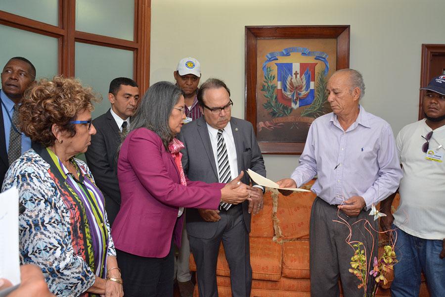 Los trabajadores de la construcción acudieron al Ministerio de Trabajo acompañados de Vinicio Castillo y Consuelo Despradel./ LÉSTHER ÁLVAREZ