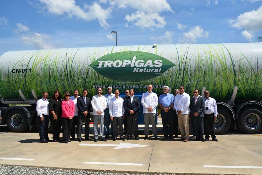 La empresa AES Dominicana entregó un reconocimiento a Tropigas Natural por el impulso de este combustible. | Lésther Álvarez