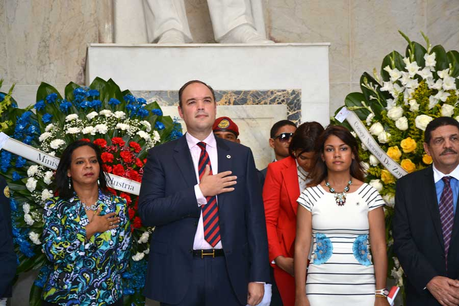 El ministro de Industria y Comercio, José del Castillo Saviñón, encabezó la delegación de la institución que llevó una ofrenda floral al Altar de la Patria./ LÉSTHER ÁLVAREZ