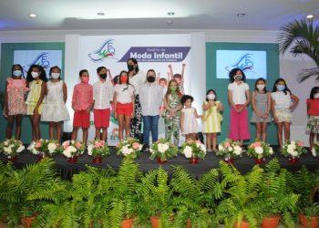 Alexandra Tabar con los niños que desfilaron en el evento