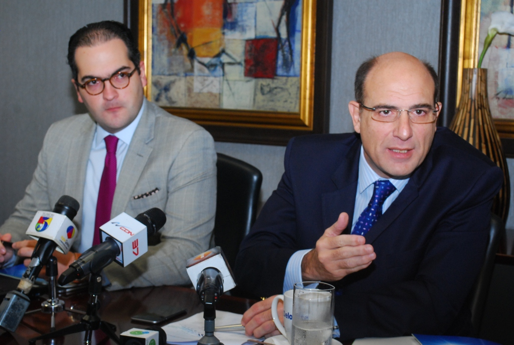 Los economistas José Luis de Ramón y Nassim José Alemany presentaron el Barómetro de Empresas Deloitte. /LÉSTHER ÁLVAREZ