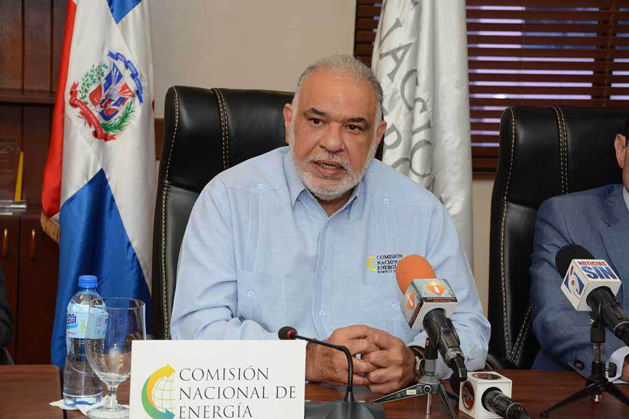 El director de la Comisión de Energía (CNE), Juan Rodríguez Nina, consideró que a pesar de la caída abrupta de los precios del petróleo en el mercado internacional, las distribuidoras de energía no pueden disminuir la tarifa eléctrica a los consumidores. | Lésther Alvarez