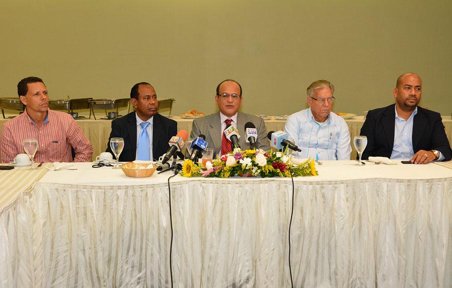 Dirigentes de la Federación Dominicana de Comerciantes, encabezados por su presidente Iván García, reclaman zonas de tolerancia musical. /Gabriel Alcántara