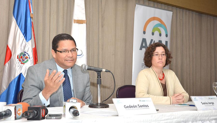 Gedeón Santos, presidente del Indotel, junto a Sonia Jorge, durante el foro sobre acceso a internet./ GABRIEL ALCÁNTARA.