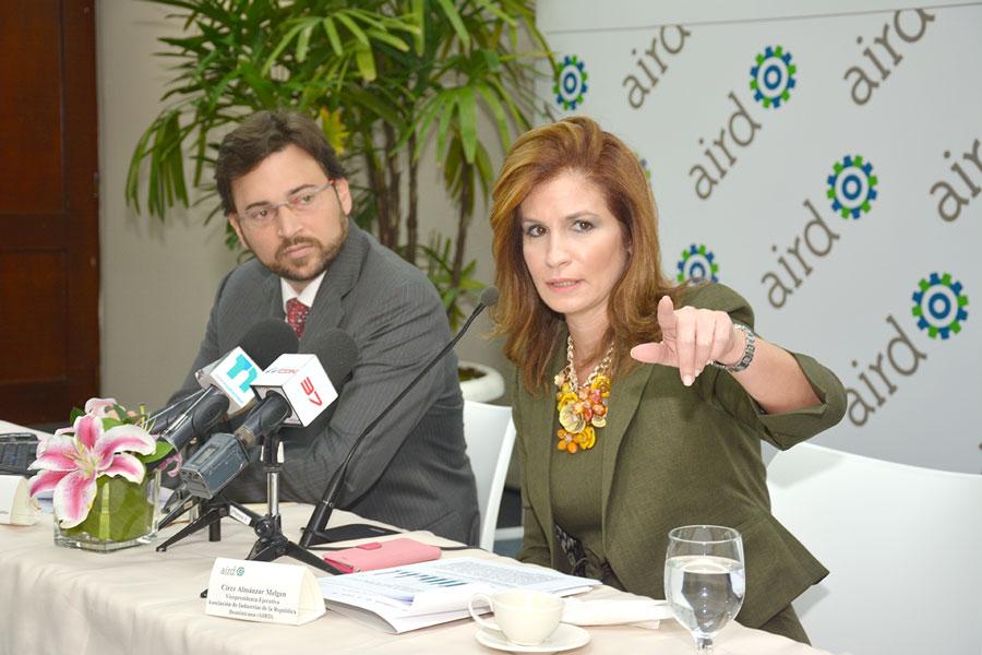 Circe Almánzar, vicepresidenta de la Asociación de Industrias (AIRD), al hacer la presentación de los resultados de la Encuesta de Coyuntura Industrial que la entidad organiza trimestralmente. | GABRIEL ALCÁNTARA.