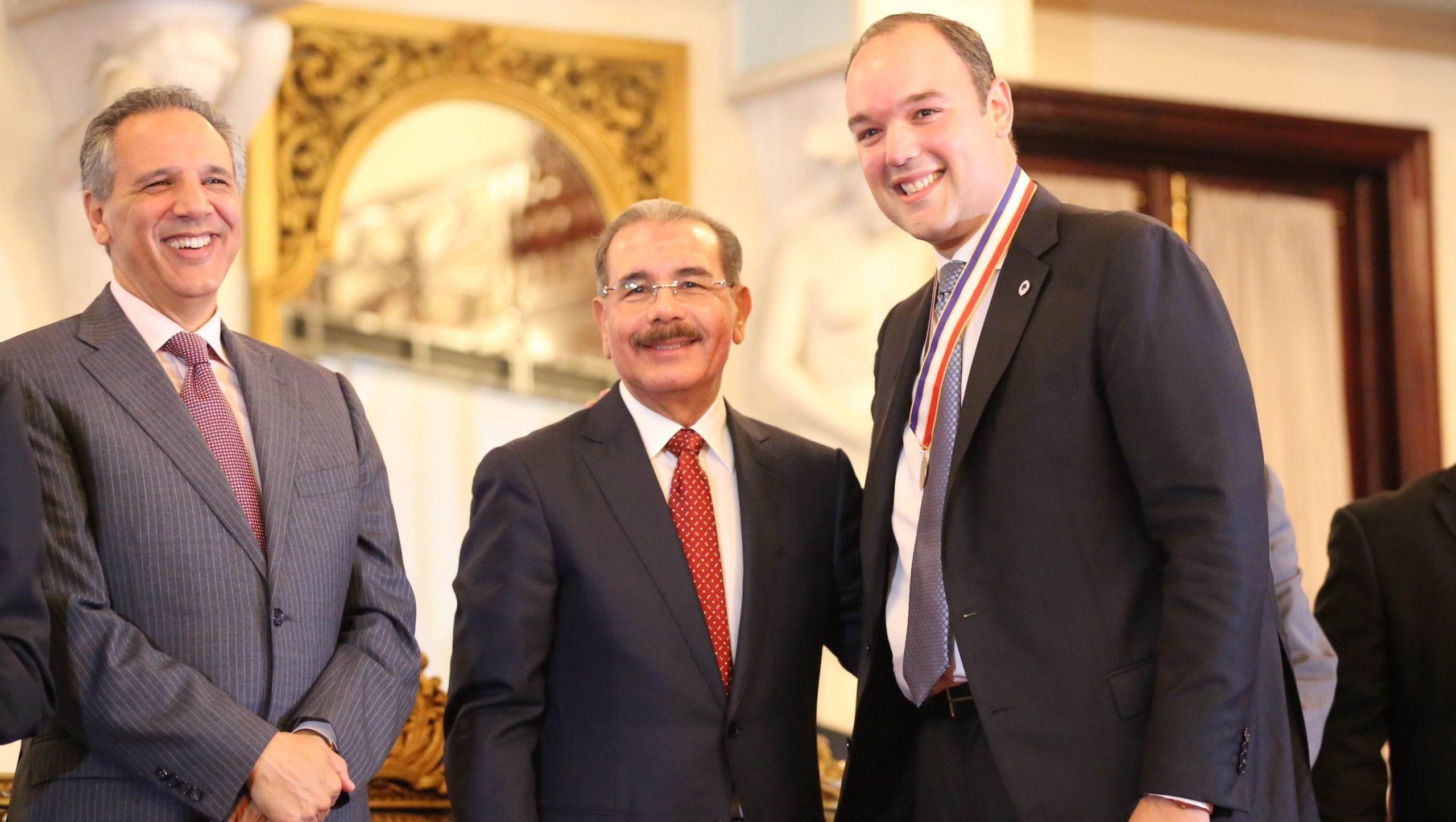 El presidente Danilo Medina junto a los ministros José Ramón Peralta y José del Castillo Saviñón, durante el acto en el Palacio Nacional este jueves./elDinero