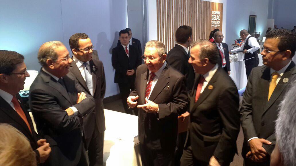 El presidente Danilo Medina y su homólogo cubano Raúl Castro conversan en un aparte durante la cumbre de la Celac, Costa Rica./elDinero