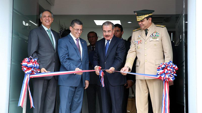El presidente Danilo Medina corta la cinta para dejar inaugurado el laboratorio científico de Aduanas.