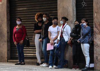 Varias personas hacen fila para aplicar a una opción de empleo, en Sao Paulo, Brasil. | Fernando Bizerra, EFE.