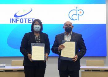 Director general del Infotep, Rafal Santos, y la presidenta del Colegio Dominicano de Periodistas, Mercedes Castillo, realizaron la firma del acuerdo.