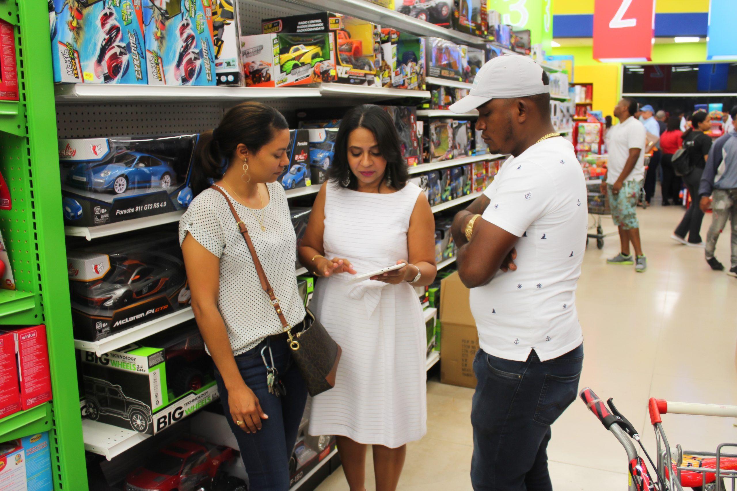 directora de pro consumidor, anina del castillo, mientras orienta a los consumidores a comprar juguetes seguros
