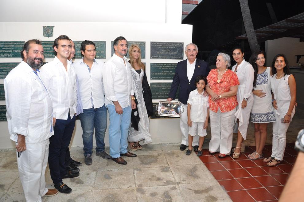 El reconocido empresario Carlos Martí Besonias, acompañado de familiares, durante el homenaje que se le tributó./elDinero