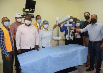 Donación de microscopio a Centro de Salud Club de Leones.