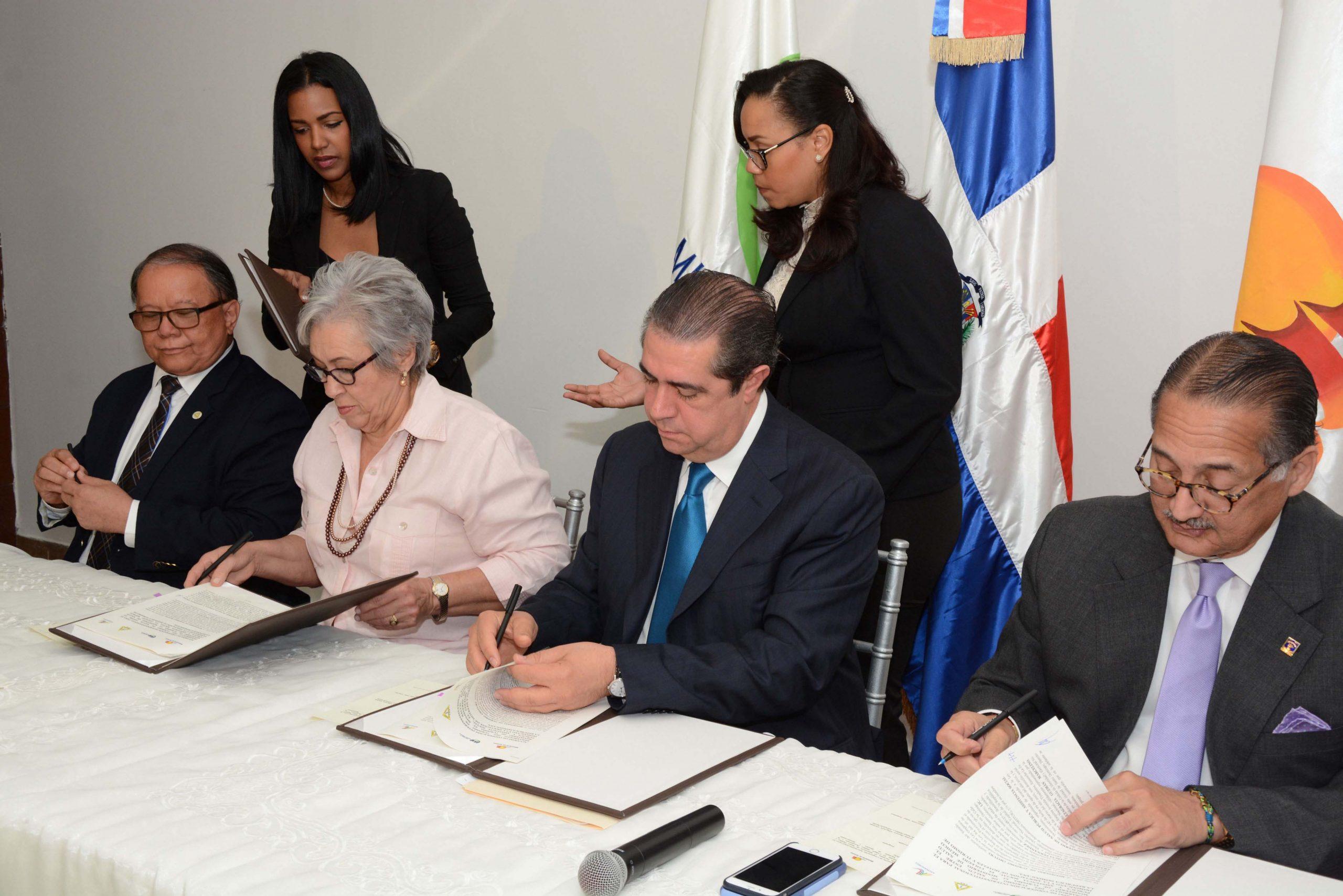 Pedro Sing Ureña, Altagracia Guzmán Marcelino, Francisco Javier García y Arturo Villanueva, durante la forma del acuerdo para promover el turismo de salud en República Dominicana. /Lésther Alvarez