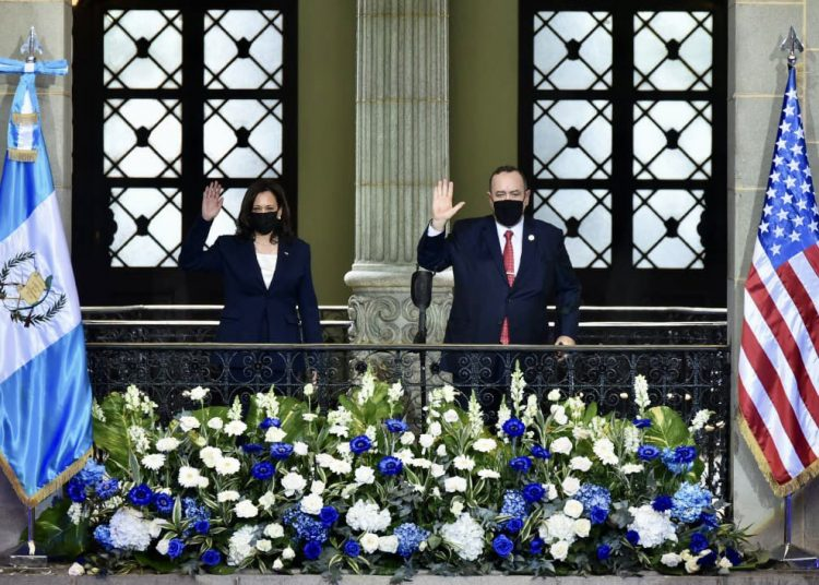 La vicepresidenta de EEUU, Kamala Harris junto al presidente de Guatemala, Alejandro Giammattei, durante una visita de Harris al país centroamericano.   Fuente externa.