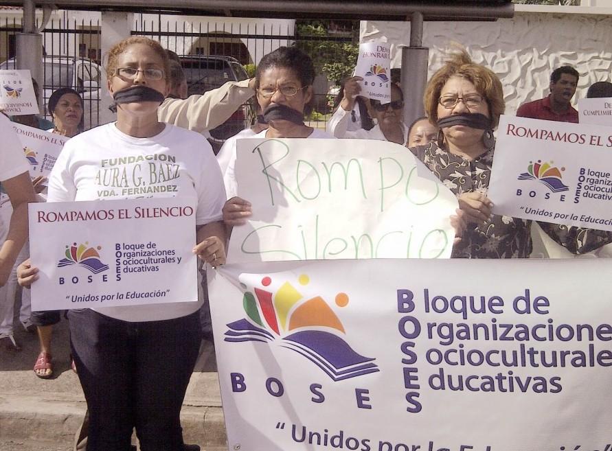 Los miembros de BOSES hicieron un piquete en la parte frontal del Ministerio de Educación. Foto: ANDREÍNA GERMÁN