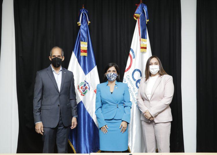 Edwin De los Santos, Biviana Riveiro y Elizabeth Mena.
