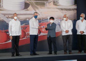 Edwin De los Santos, Luis Abinader, Sung-Uk Yu, Rolando González Bunster y Félix García.