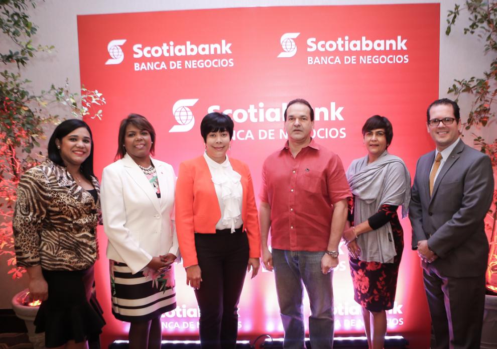 ejecutivos scotiabank junto a clientes durante el encuentro