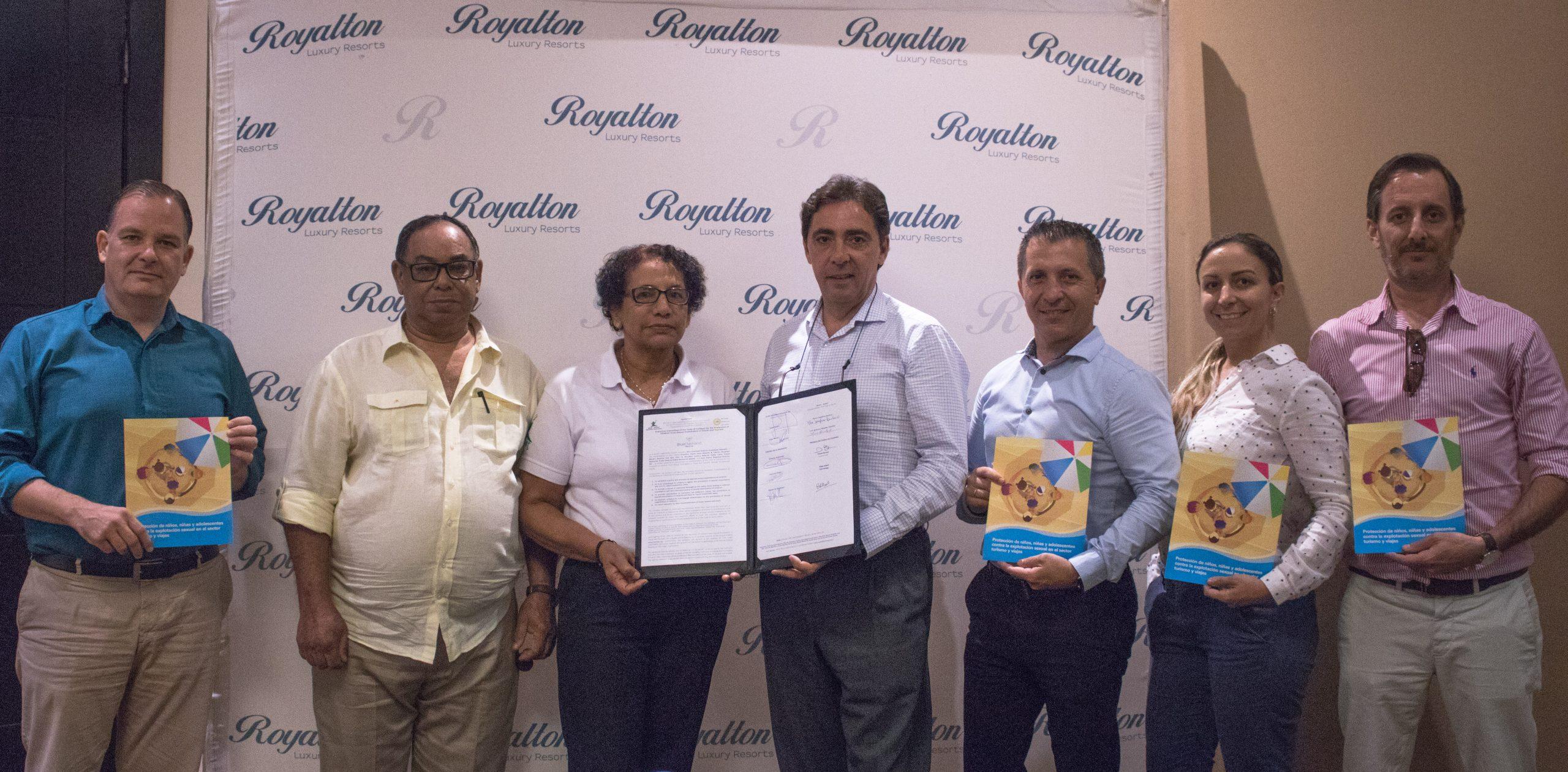 ejecutivos de los hoteles blue diamond resorts en república dominicana junto a ejecutivos del código de conducta