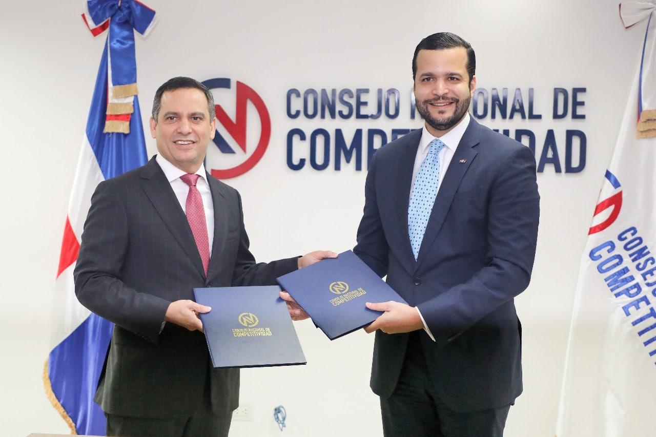 el acuerdo fue firmado por el director ejecutivo del consejo nacional de competitividad rafael paz y el presidente del consejo directivo del indotel luis henry molina peña