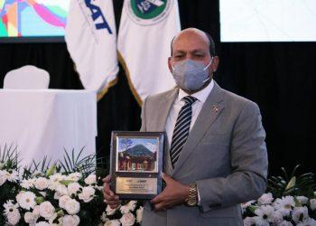 El director de Impuestos Internos, Luis Valdez Veras, recibe placa de reconocimiento por su ponencia en el CIAT.