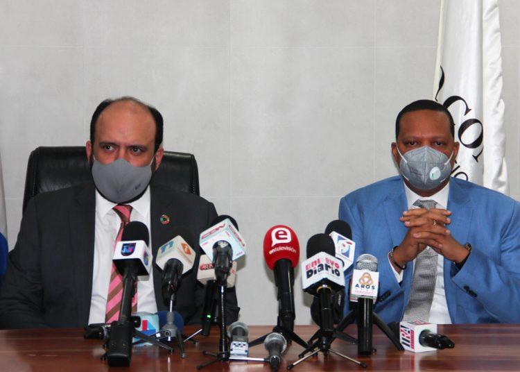 El doctor Eddy Alcántara, director ejecutivo del Instituto Nacional de Protección de los Derechos del Consumidor (Pro Consumidor), junto al  viceministro de Industria, Comercio y Mipymes, Ramón Pérez Fermín.