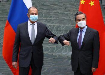 El ministro de Asuntos Exteriores ruso, Serguéi Lavrov y su homólogo, Wang Yi.   EFE.