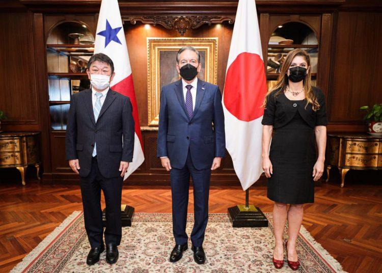 El presidente de Panamá, Laurentino Cortizo, y el ministro de Asuntos Exteriores de Japón, Toshimitsu Motegi