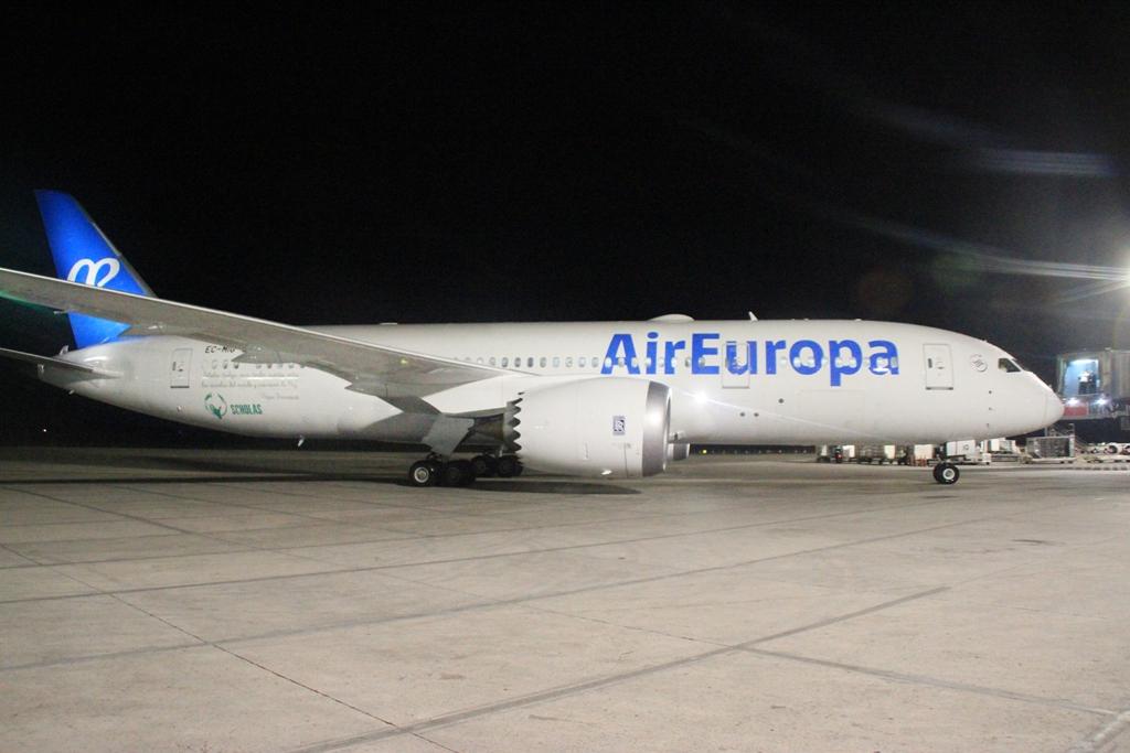 el primer boeing 787 dreamliner de air europa llega a rd