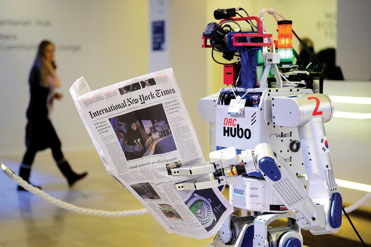 el robot hubo observa un ejemplar de the new york times