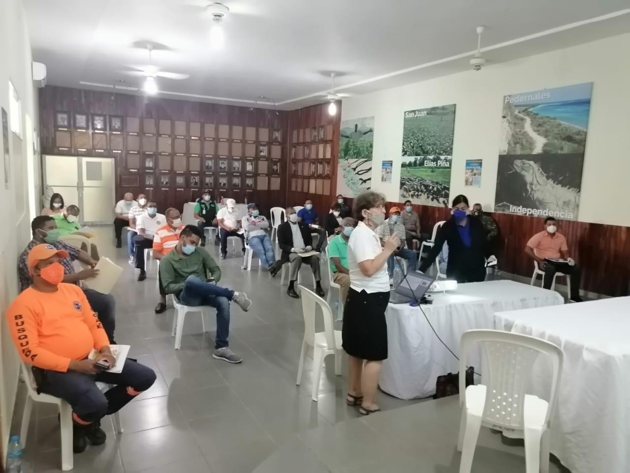 elena nunziatini del cluster de barahona durante el encuentro con autoridades de la provincia
