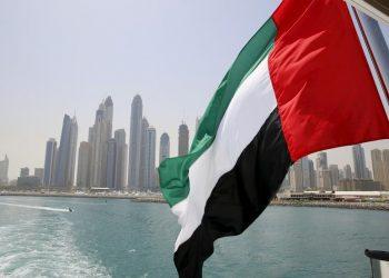 Bandera de Emiratos Árabes Unidos ondea desde un barco en Dubái, la capital del país. | Ahmed Jadallah.