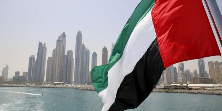 Bandera de Emiratos Árabes Unidos ondea desde un barco en Dubái, la capital del país.   Ahmed Jadallah.