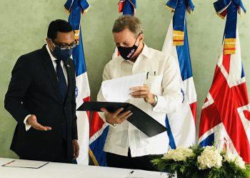 Recepción de los instrumentos de ratificación del Acuerdo de Asociacion entre los estados de Cariforo y el Reino Unido por parte del canciller, Roberto Álvarez. | Fuente externa.