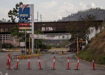 Vista de la entrada de una estación de servicio sin diesel, el 22 de marzo, en Caracas, Venezuela. | Rayner Peña R, EFE.