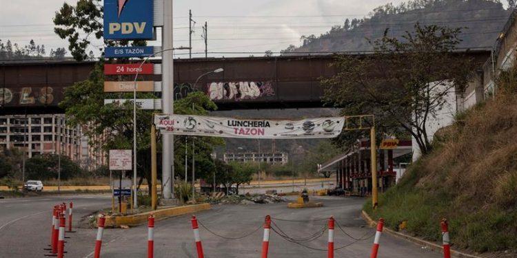 Vista de la entrada de una estación de servicio sin diesel, el 22 de marzo, en Caracas, Venezuela.   Rayner Peña R, EFE.