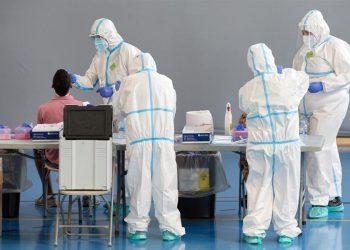 Personal sanitario durante la realización de pruebas diagnósticas a pacientes. | David Borrat, EFE.