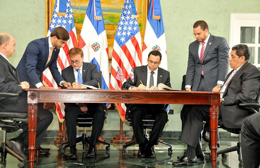 El nuevo Tratado de Extradición fue firmado por el embajador de Estados Unidos, James Brewster, y el ministro de Relaciones Exteriores,  Andrés Navarro.