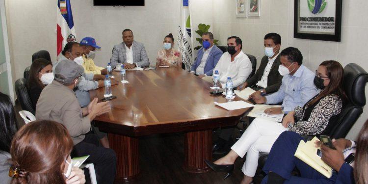 El director ejecutivo de Pro Consumidor, Eddy Alcántara, en la reunión sostenida con productores avícolas.