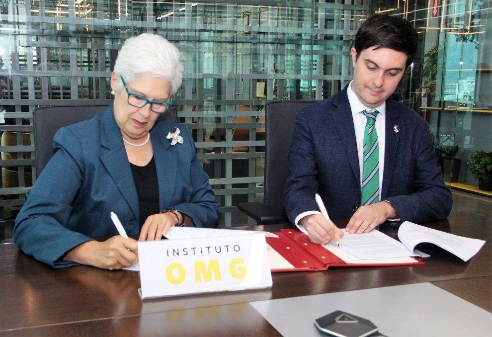 foto 1 belkis guerrero villalona y maxwell irving, firman el acuerdo. (1)