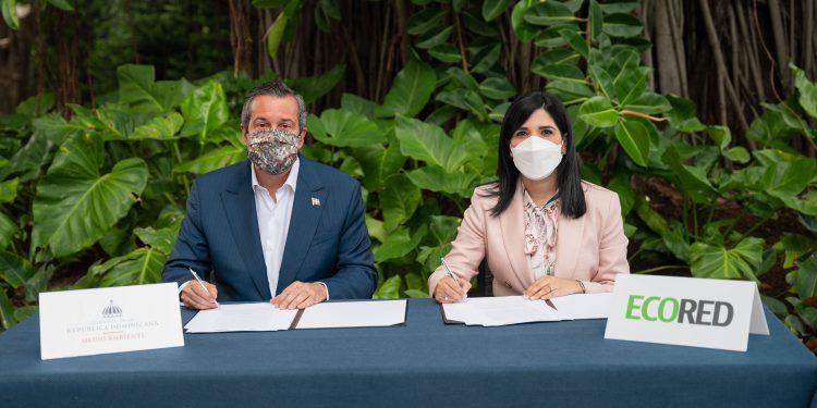 Mariel Bera y el ministro Jorge Orlando Mera, firma el acuerdo.