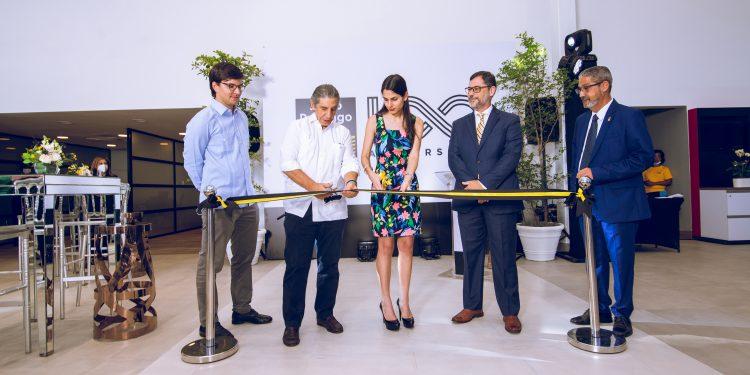 Miguel Barletta y otros ejecutivos de SDM cortan la cinta inaugural de la nueva sucursal.