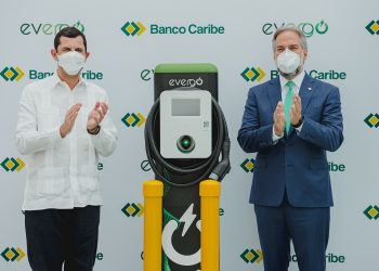 Roberto Herrera y Dennis Simó, en la estación de carga eléctrica vehicular.