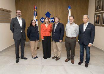 La presidente de Adoexpo, Elizabeth Mena, y otros directivos junto a la homenajeada Odile Miniño Bogaert.