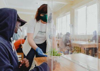 Un miembro del Voluntariado de Banco Caribe colabora en el servicio de Acción Callejera.