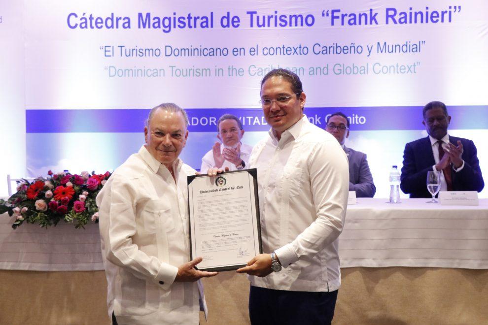 frank rainieri recibe el reconocimiento de manos del rector de la uce, josé hazim torres...