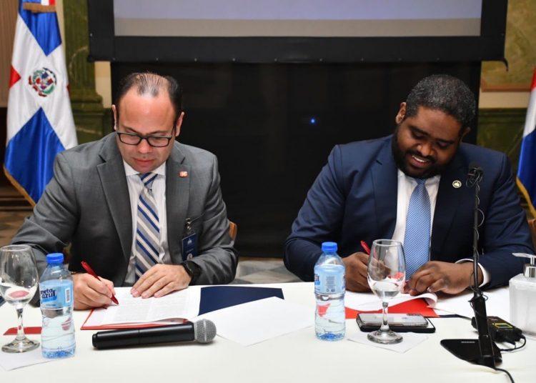 Hans Fermín y José David Montilla en la firma del acuerdo.