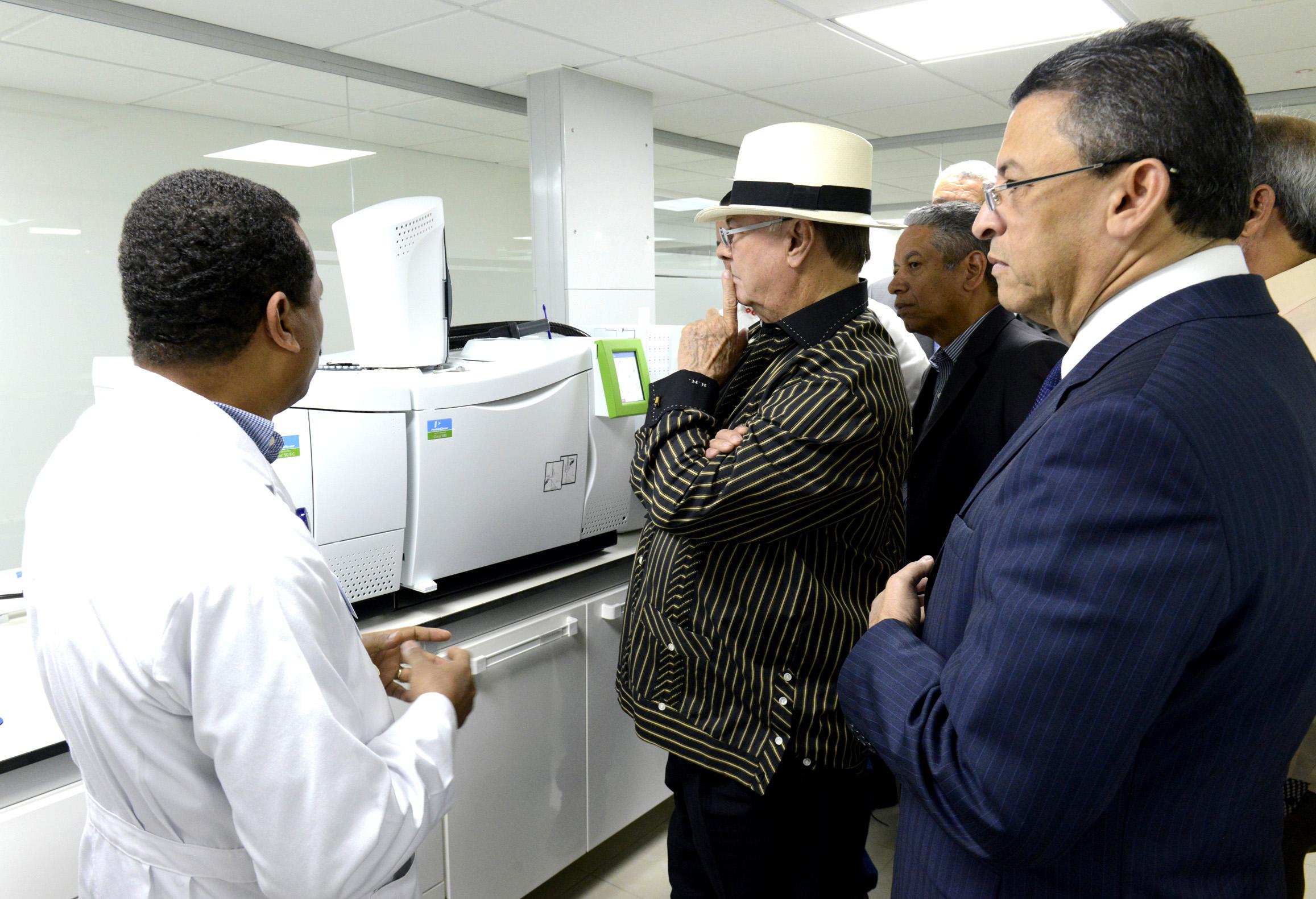 El expresidente Hipólito Mejía valoró el laboratorio y felicitó a Aduanas por la obra./elDinero
