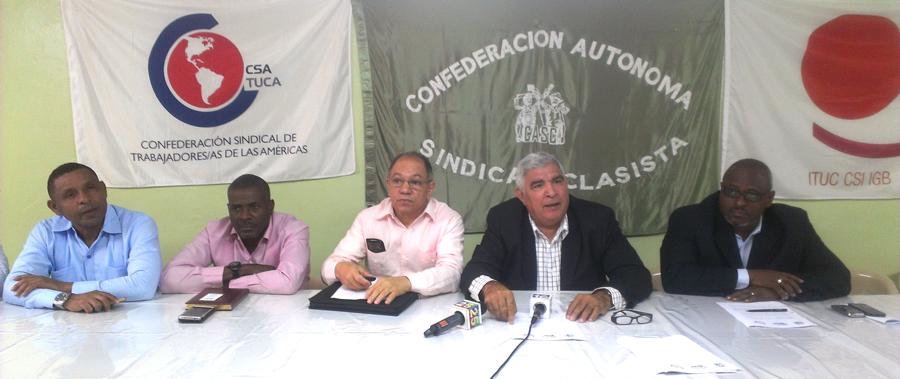 Los dirigentes sindicales de tres confederaciones exigen que se fije la fecha del diálogo para el aumento salarial./ ANDREINA GERMÁN